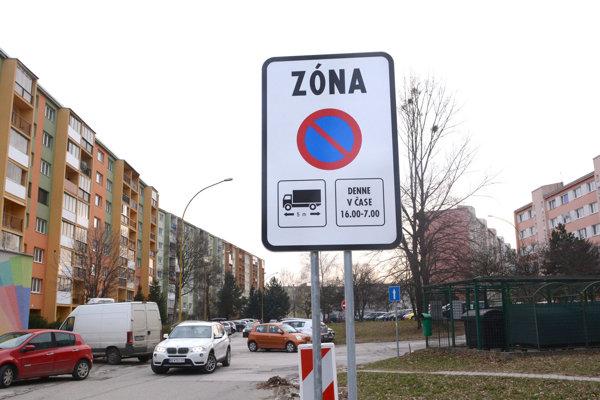 Nové značenie. Dopravné obmedzenie už platí napríklad na Sokolovskej ulici.