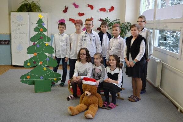 Hanka Haľková (s medvedíkom) so spolužiakmi.