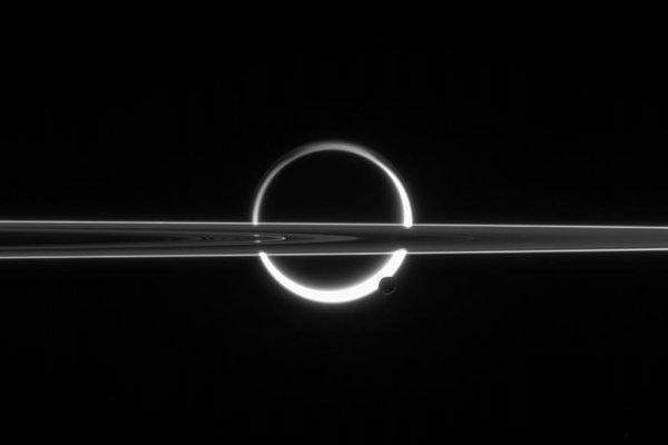 Titan za prstencami Saturna.