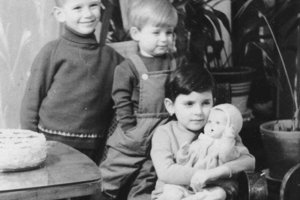 Beáta Dubasová (s bábikou) so súrodencami.