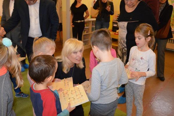 Deti dostali rôzne pomôcky a malú dielničku.