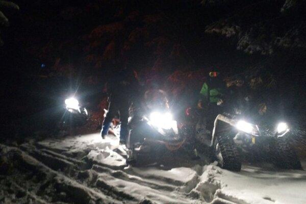 Zablúdených lyžiarov hľadali už v tme.