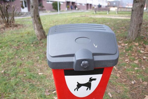 V uliciach mesta pribudnú ďalšie nádoby na psie exkrementy.