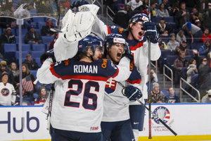 Slovenskí hokejisti sa radujú z víťazstva nad USA.