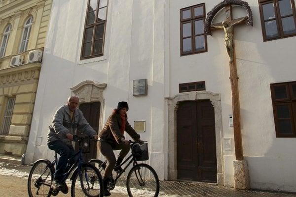 Vstup do kláštoru benediktínov v Komárne.