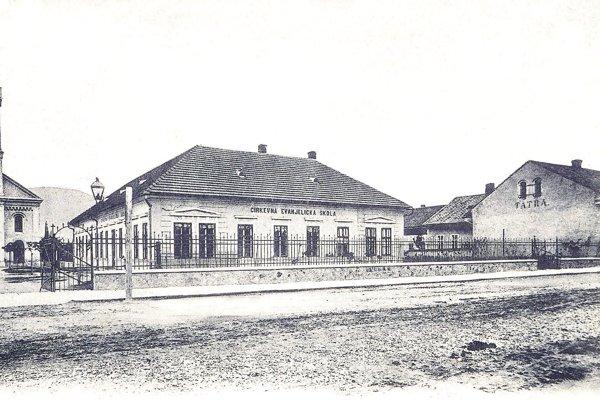Vedľa cirkevnej evanjelickej školy stála Tatra banka (vpravo).