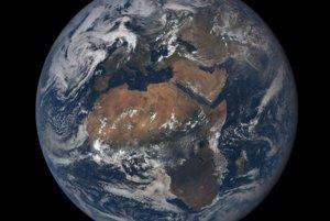 Prvý obraz Európy a Afriky, ktorý zhotovila kamera EPIC 6. júla 2015. Dominantou záberu je Sahara.