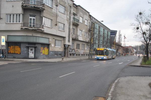 Auto sa vopchalo pre autobus a zabočilo doprava na Zborovskú ulicu.