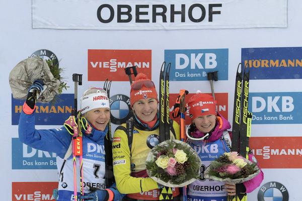 Slovenská biatlonistka Anastasia Kuzminová (v strede) triumfovala v Oberhofe.