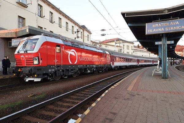Nový rušeň Vectron odchádza z Hlavnej stanice v Bratislave.