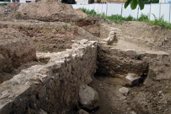 Veľké komplexy osád z mladšej doby kamennej sa archeológom podarilo objaviť na hornom toku rieky Žitavy.