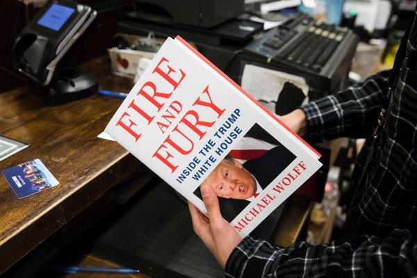 Prvé výtlačky kontroverznej novej knihy, ktorá zobrazuje amerického prezidenta Donalda Trumpa ako neinformovaného a nespôsobilého vykonávať úrad, sa dostali na pulty obchodov už v piatok.