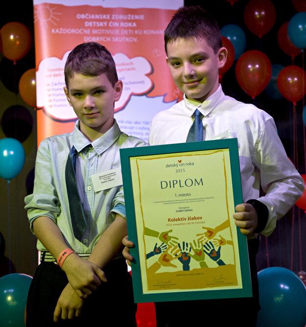 Lacko Zorad (vpravo) prevzal cenu za celú triedu, ktorá podporuje bývalého spolužiaka Filipa (vľavo) v detskom domove.