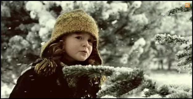 Sandra Flemrová, ktorá si zahrala v doteraz najpopulárnejšej vianočnej reklame na Kofolu, je dnes už slečna.
