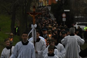Na snímke zástup ľudí, ktorí sa prišli rozlúčiť s kňazom, saleziánom a charitatívnym pracovníkom Antonom Srholcom v jeho rodnej Skalici 12. januára 2016.