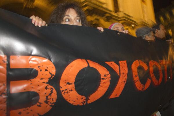 Podporovatelia práv Palestínčanov demonštrujú v Paríži.
