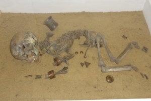Rekonštrukcia bohatého detského hrobu.