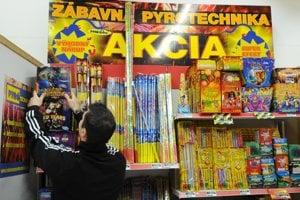 Pyrotechnika sa síce v Bratislave kúpiť dá, no nemôže sa používať. (ilustračné foto)