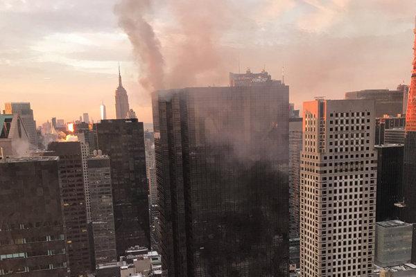 Na streche zasahovali desiatky hasičov.