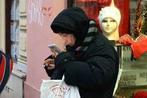 Známa košická žobráčka. Mobilné telefóny majú aj sociálne slabšie skupiny.
