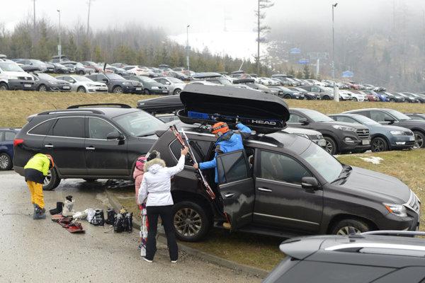 Preplnené parkoviská v Tatranskej Lomnici.