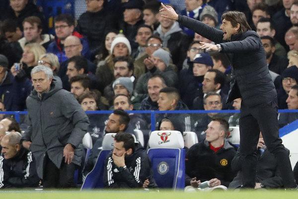 Jose Mourinho (vľavo) a Antonio Conte sú za postrannými čiarami úplne rozdielnymi trénermi.