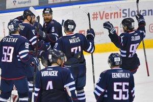 Hokejisti HC Slovan Bratislava sa radujú z víťazstva.