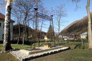 Model veží Murgašovho anténového systému osadili v jeho rodnom Tajove.