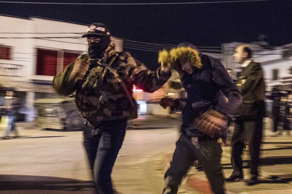 Tuniské zásahové jednotky odvádzajú demonštranta.