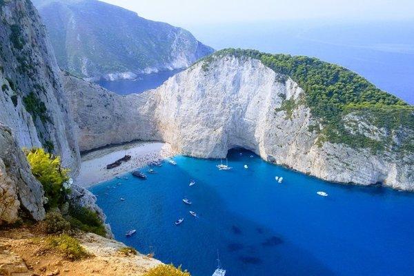 Jedno z najfotografovanejších miest Grécka je pláž Navagio na ostrove Zakynthos.