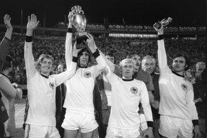 Koloman Gögh (vľavo) počas osláv titulu na majstrovstvách Európy 1976.
