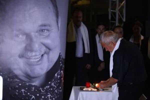 Zoro Laurinc zapaľuje sviecu J.Bednárikovi
