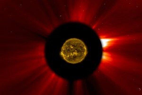 Prelet okolo Slnka kométa ISON neustála