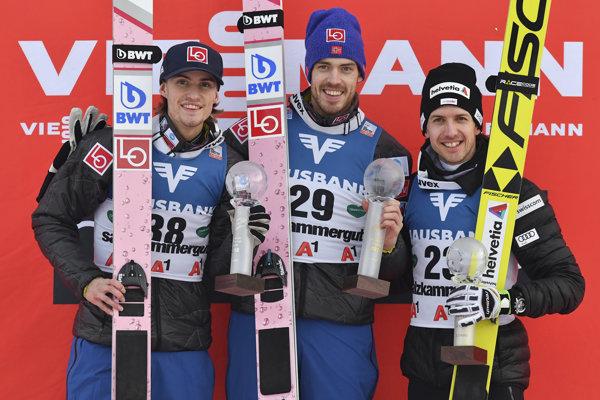Víťazom sobotňajších pretekov Svetového pohára v letoch na lyžiach sa stal Nór Andreas Stjernen (v strede).