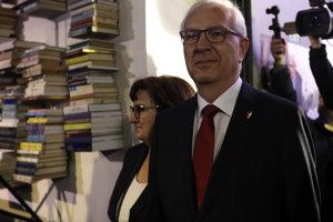 Jiří Drahoš musí presvedčiť voličov, prečo by bol lepším prezidentom ako Zeman.