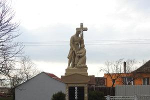 Na pamätníku v Kuklove sa spájajú svetské motívy s cirkevnými.