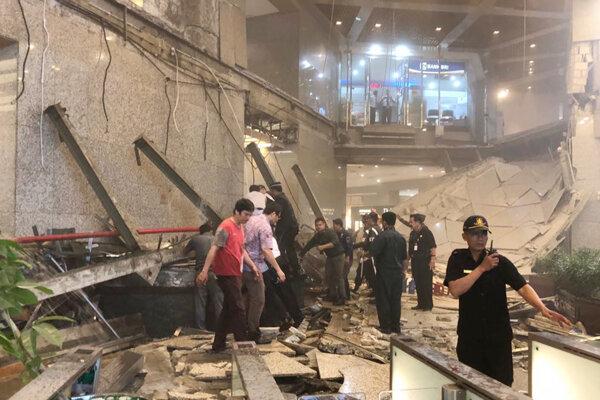 V indonézskej burze sa zrútila časť chodby.