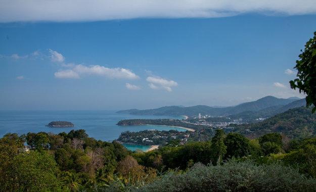 Phuket je svieži a hornatý ostrov.