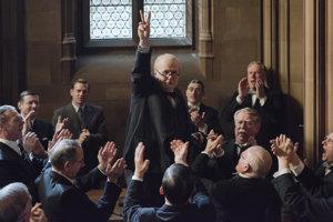 Gary Oldman ako Winston Churchill vo filme Najtemnejšia hodina.