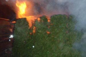 Oheň ohrozoval aj neďalekú garáž a rodinný dom.