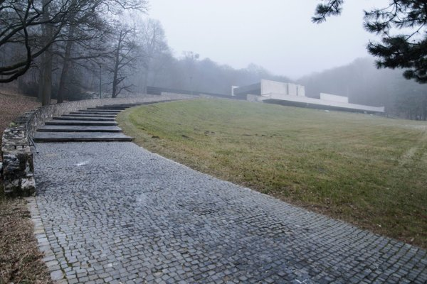 Architekt Ferdinand Milučký pri návrhu skvelo využil terén na úpätí Malých Karpát na okraji Záhorskej Bystrice.