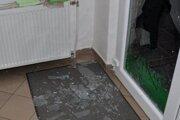 Muž sa dnu dostal cez sklenené dvere,ktoré si rozbil.