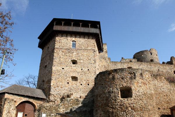 Fiľakovský hrad patrí v Novohrade medzi turistami obľúbené miesto.
