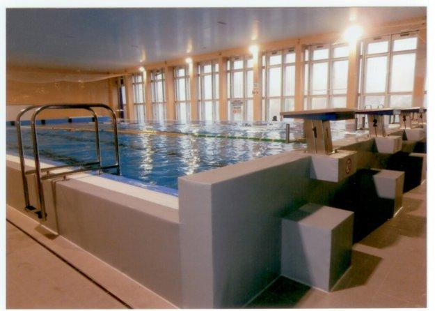 Pohľad na vynovený, zrekonštruovaný veľký bazén krytej plavárne vKomárne.