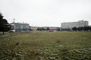 Pozemok pred železničnou stanicou je podľa územného plánu určený na bývanie aobčiansku vybavenosť.
