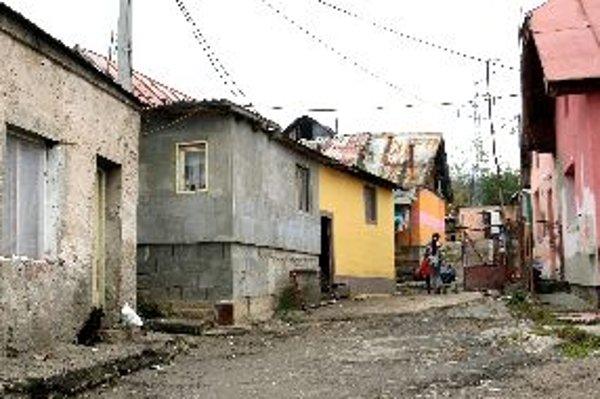 Situácia v rómskej osade v Podlaviciach by mala vyriešiť výstavba bytov nižšieho štandardu. Prvé sa majú stavať už na budúci rok