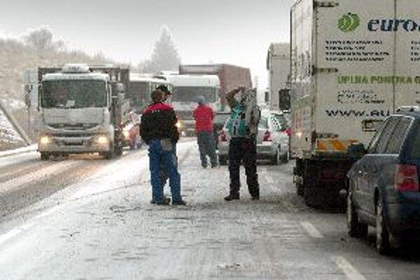 Vlani boli Donovaly opakovane zablokované už pri pár centimetroch snehu. Dnes je kvôli sneženiu prejazd cez horský priechod zatvorený pre nákladné vozidlá nad 10 metrov.