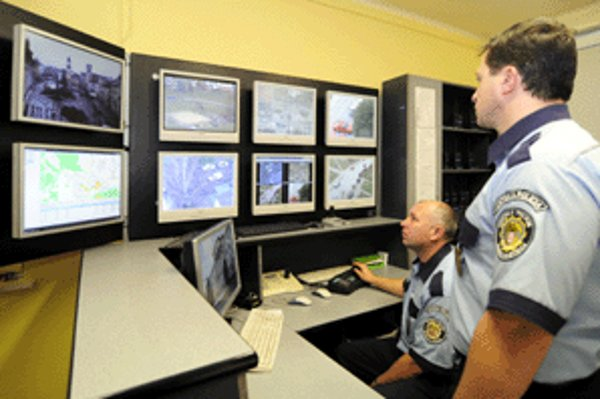 Pracovisko dispečingu Mestskej polície v Banskej Bystrici. Vpravo Ľubomír Piterka.