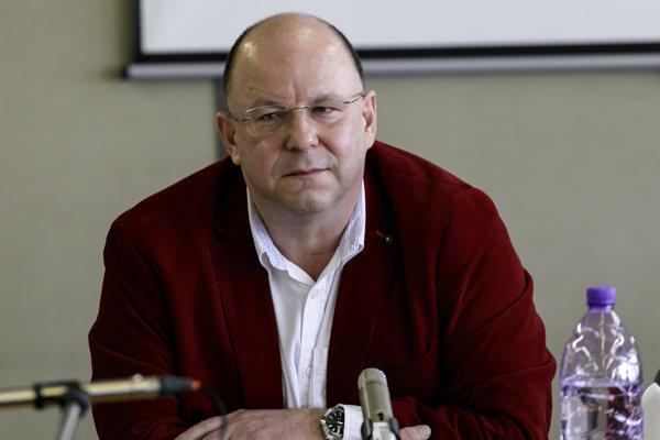 Tvár Reportérov Pavol Fejér po zrušení relácie končí.