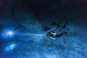Potápači skúmajú zaplavené jaskyne na Yucatánskom polostrove.